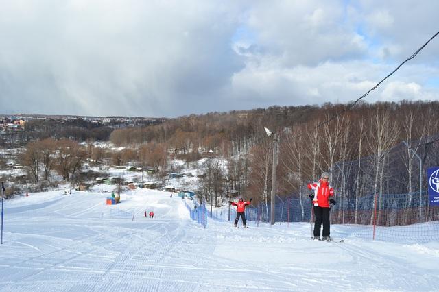 горные лыжи по трассе