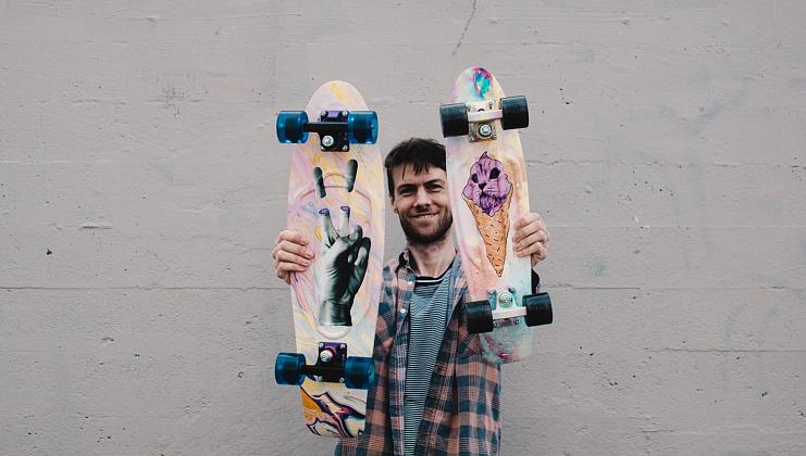 на фото Лонг и скейт